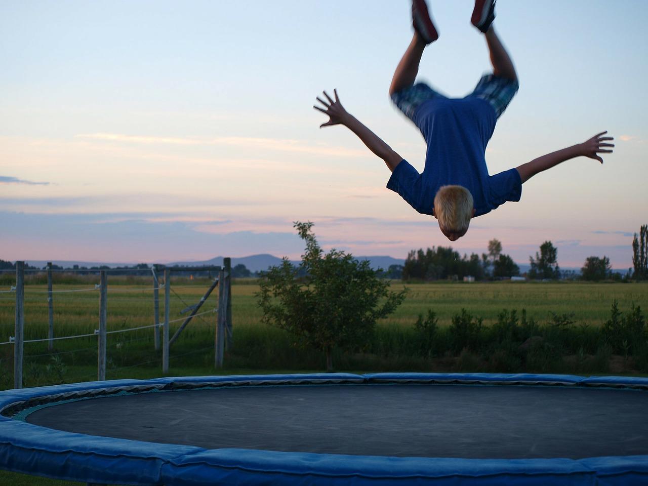 Trampolina w ogrodzie. Jak wybrać odpowiednią trampolinę ogrodową?