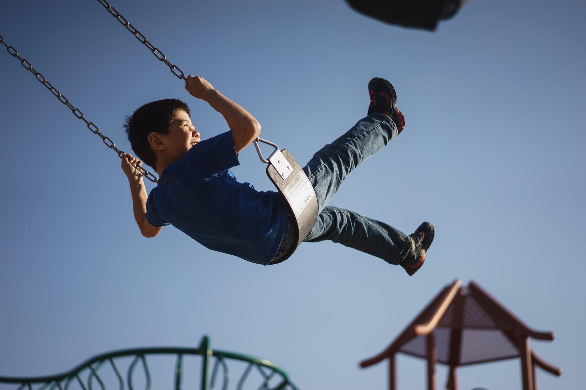 Jak huśtawki pomagają w rozwoju dziecka?