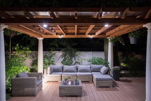 jak urządzić ogród - meble ogrodowe na tarasie