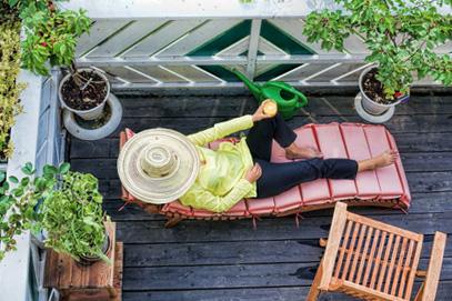 stylowe meble drewniane na balkonie