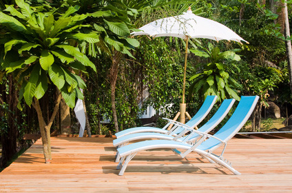 nowoczesne leżaki na taras przy basenie